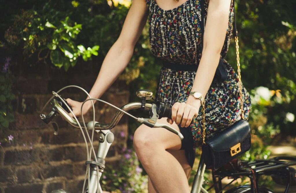 femme en robe vintage sur vélo